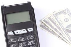 Betalningterminal med valutadollaren på vit bakgrund som betalar för att shoppa, finansbegrepp Fotografering för Bildbyråer