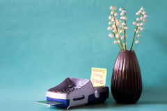 Betalningterminal och en kreditkort som en gåva Begrepp av danande Royaltyfria Bilder