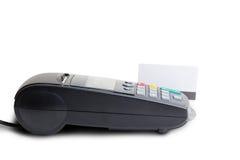 Betalningterminal och modellen av ett plast- kort Arkivbild