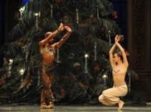 Betande ormdans det andra för fältgodis för handling i andra hand kungariket - balettnötknäpparen Arkivfoton