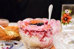 Betasallad i en vas på röd och svart kaviar en tabell, Närbild selektiv fokus fotografering för bildbyråer