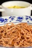 Betaspagetti med krämig ostsås i en kopp arkivbild