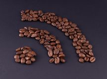 Beteckningen av internet fodras med korn av svart grillat kaffe royaltyfria foton
