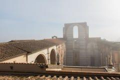 Betegeld dak en onvolledige voorgevel van geplande nuovo of Facciatone van Duomo in mist Siena Toscanië Italië Royalty-vrije Stock Fotografie