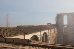 Betegeld dak en onvolledige voorgevel van geplande nuovo of Facciatone van Duomo in mist Siena Toscanië Italië Royalty-vrije Stock Foto