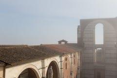Betegeld dak en onvolledige voorgevel van geplande nuovo of Facciatone van Duomo in mist Siena Toscanië Italië Stock Foto's