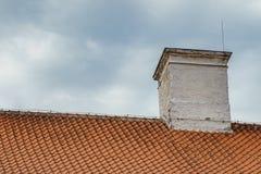 Betegelde dak en schoorsteen met bliksemafleider Royalty-vrije Stock Fotografie