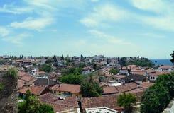 Betegelde daken van een oude Mediterrane stad tegen een blauwe hemel Antalya, Turkije royalty-vrije stock foto