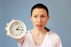 Beteiligte Frau, die auf Uhrzeitmanagement zeigt stockfotos