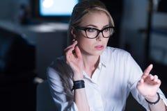 Beteiligte Frau, die mit modernen Technologien arbeitet Lizenzfreies Stockfoto