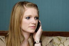 Beteiligte junge Frau auf Handy Stockfotografie