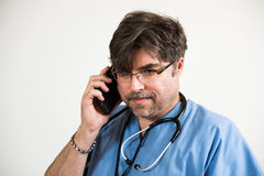 Beteiligter Doktor am Handy Stockbilder