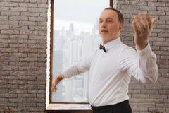 Beteiligter erfahrener Pensionär, der in das Tanzstudio waltzing ist Stockfotos