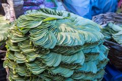 Betelblattstapel in einem indischen Markt Stockfotos