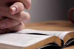 Beten über Bibel Lizenzfreies Stockfoto