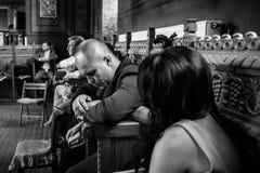 Beten in der Kirche stockfotografie