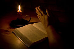 Beten durch Kerzeleuchte Lizenzfreies Stockfoto