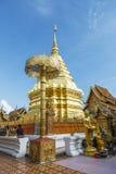 Beten für eine religiöse Feier im thailändischen Tempel während des touri Lizenzfreie Stockfotografie