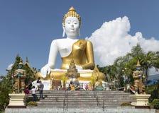 Beten für eine religiöse Feier im thailändischen Tempel während des touri Stockbilder