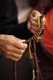 Beten im buddhistischen Tempel Stockbild