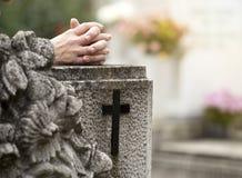 Beten im Kirchhof Lizenzfreie Stockfotos