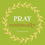 Beten Sie fortwährend Vers im gelben Florakreis auf grünem Hintergrund Christentumskunst mit 1 Thessalonians-5:17 Lizenzfreies Stockbild