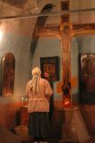 Beten Sie Gott am Kruzifix in einer Kirchereligionszene Stockbild