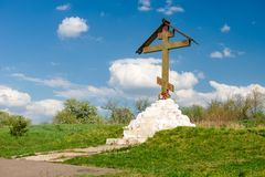 Beten Sie Kreuz auf Kalvarienberg auf dem Weiß gut, Zaraysk an Stockfoto