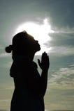 Beten am Sonnenaufgang Lizenzfreies Stockfoto