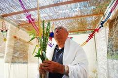 Beten in Sukkah für jüdischen Feiertag Sukkot Lizenzfreie Stockfotos