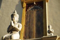 Betende Buddha-Statue an einem Tempel Lizenzfreies Stockfoto