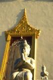 Betende Buddha-Statue an einem Tempel Stockfotos