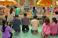 Betende Buddhisten Stockfotos