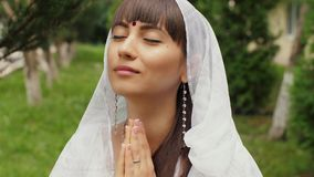 Betende Frau im Sari stock video