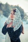 Betende Frau im Spitzen- tippet im Winter Märchenmädchen in einer Winterlandschaft Weihnachten Lizenzfreies Stockbild