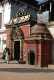Betende Frauen nähern sich hinduistischem Tempel, Katmandu, Nepal Lizenzfreie Stockbilder