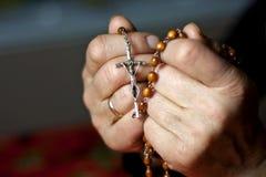 Betende Frauenhände Stockbild