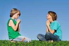 Betende Gebetgruppenkinder stockbilder
