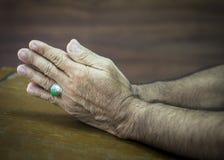Betende Hände auf hölzernem Hintergrund Lizenzfreies Stockfoto