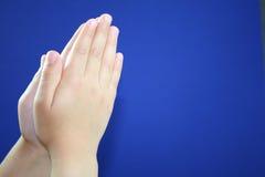 Betende Hände des Kindes. Stockbild
