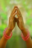 Betende Hände eines Kindes Stockfotos