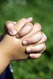 Betende Kindhände Stockfoto