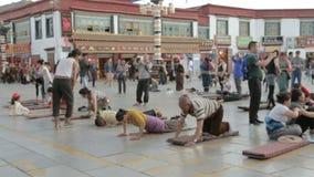 Betende Leute am Tempel stock video footage