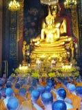 Betende Mönche in Bangkok stockbild