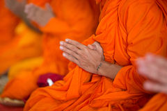 Betende Mönchhand mit Tätowierung Stockfotos