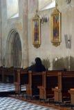 Betende Schwester innerhalb der Kirche Stockfotografie