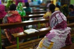 Betender Gott des Pastors und der Leute in der Kirche stockbilder
