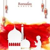 Betender Junge vor Moschee für Ramadan Stockfoto