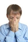 Betender Kopf des jungen Mannes gebeugt Lizenzfreie Stockbilder