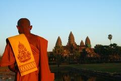 Betender Mönch bei Angkor Wat Lizenzfreies Stockfoto